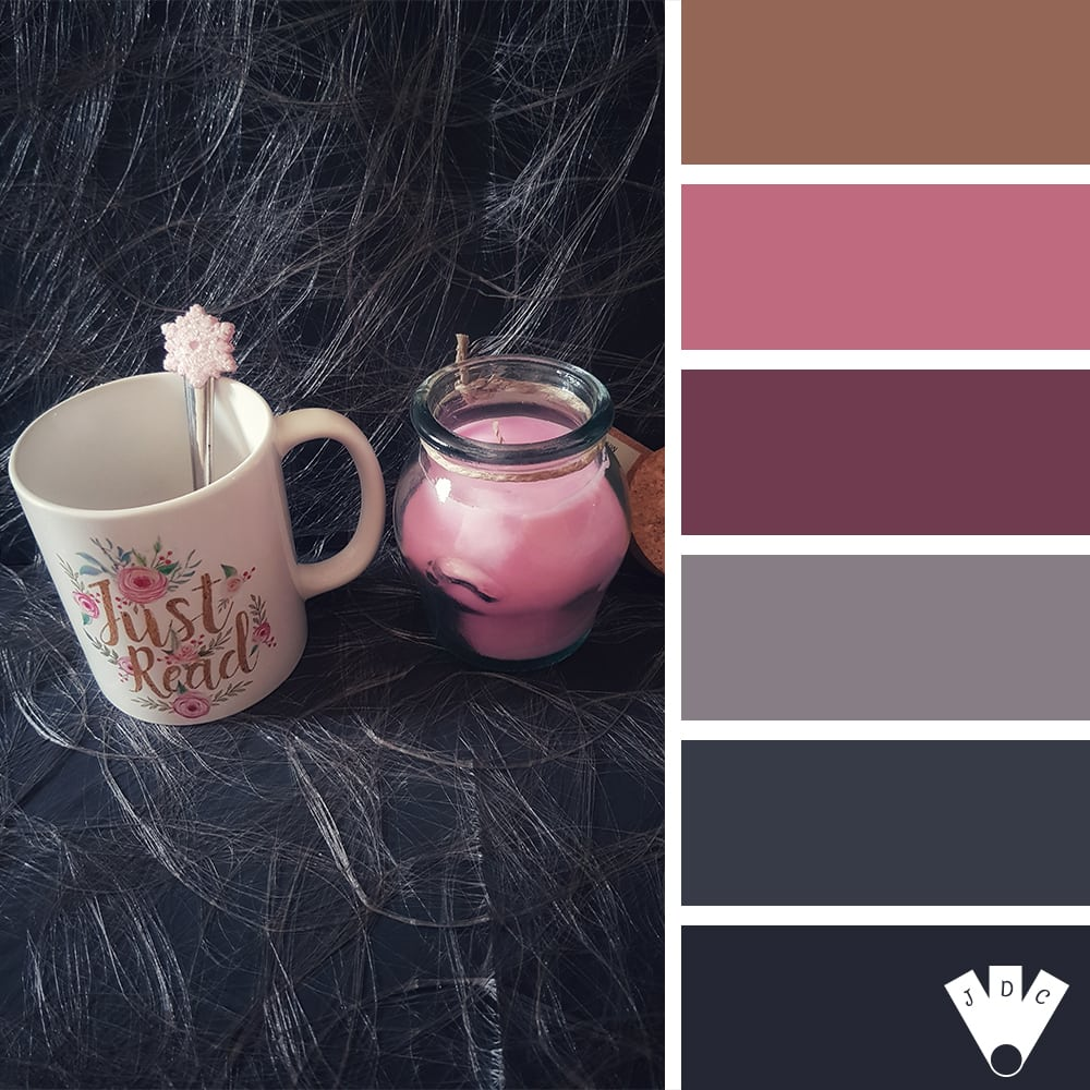 Color palette d'une photo avec un muc et une bougie, le tout dans les tons rosés