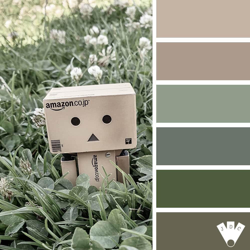 Color palette d'une photo avec Danbo au milieu de l'herbe